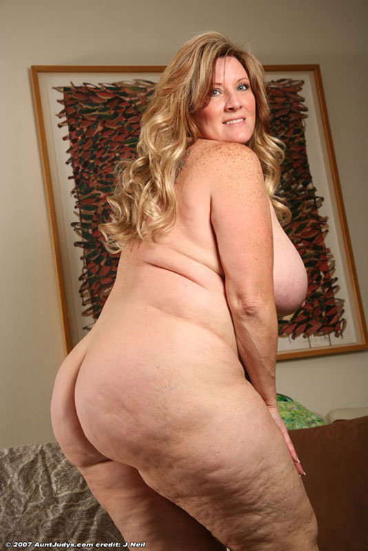 Hot chubby babe presents her sexy booty 7